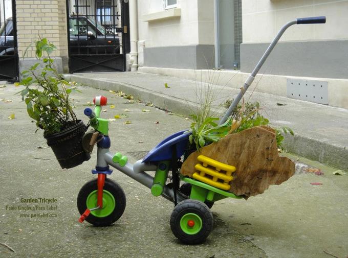 tricycle bricolé en jardin avec aile bois et récup plexi - Paule Kingleur / Paris Label
