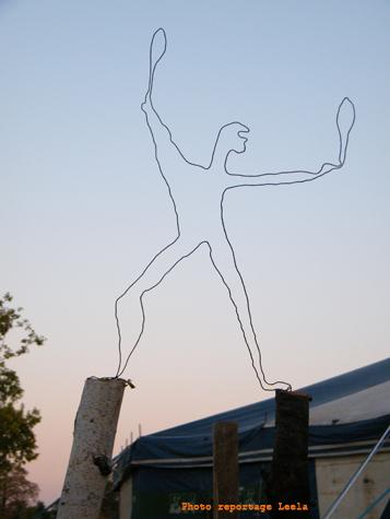 silhouette jongleur au village de cirque