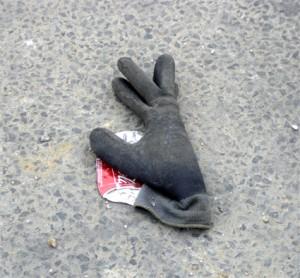 gant gris-noir avec canette coca écrasée