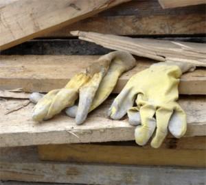 gants dans le chaos de bois - tram porte de montreuil 20e