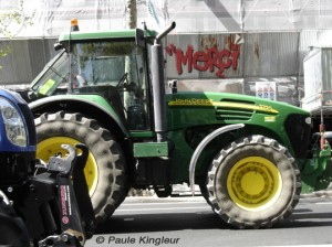 tracteur devant boutique merci, photo paule kingleur