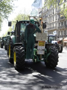 pendu tracteur, manif agriculteurs paris, photo paule kingleur / Paris Label