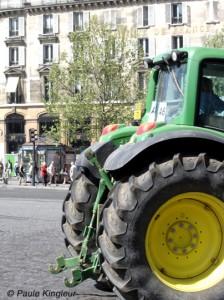 roues tracteur devant banque de france à bastille, photo paule kingleur