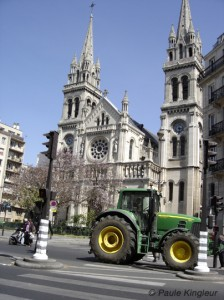 tracteur devant l'église saint ambroise à paris, photo paule kingleur