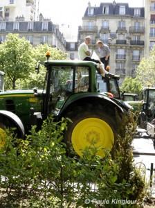 tracteur jaune à l'arrêt, photo paule kingleur