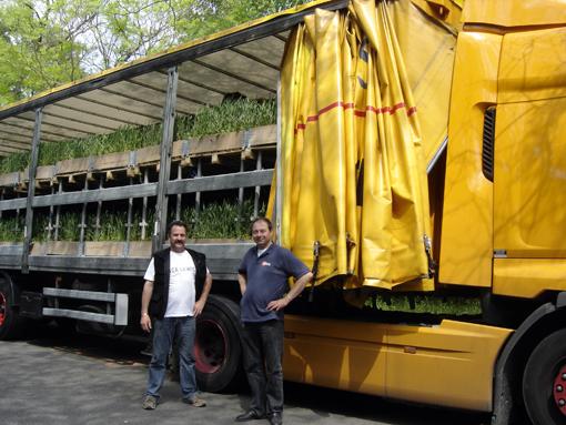 """Michel et Eric - Calberson Orléans - des camions """"nature"""" au bois de vincennes en attente de déposer leurs plantations sur les champs elysées"""