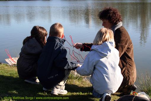 au bord de la berge des ecoradeaux - enfants des écoles du 12e - Paris label biodiversité 2010