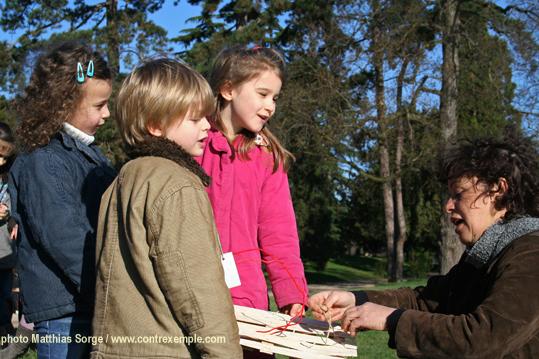 en grande discussion avec les enfants avant la mise à l'eau de leur écoradeau - biodiversité 2010 / paris label
