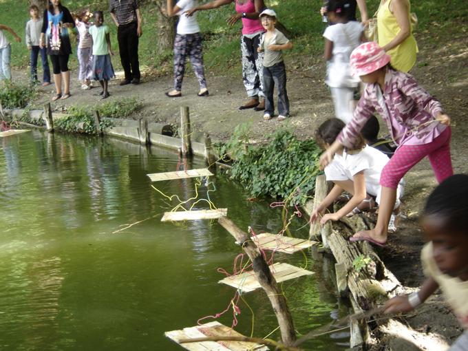 mise à l'eau des radeaux enfants de clichy sous bois - ateliers paris label / conseil général de seine saint denis - escales d'eau - l'eau est le pont - photo paule kingleur