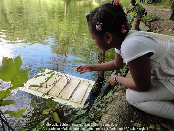 Escale d'eau à clichy sous bois : radeau au lac de clichy sous bois - atelier de fabrication en plein-air avec les enfants : Paris Label / Paule Kingleur