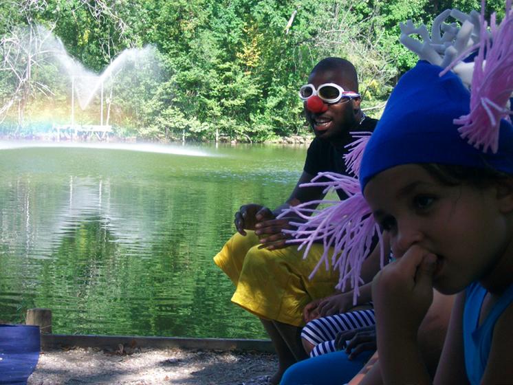 enfants et animateurs du centre social de la dhuys participent au spectacle de cirque et eau mis en scène par Paule Kingleur pour Escale d'eau à Clichy sous Bois - Eté 2010 en seine saint denis