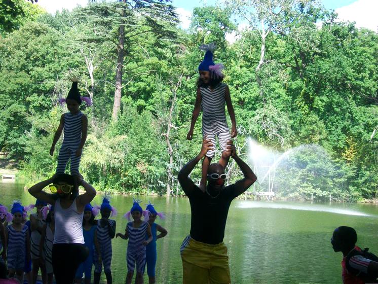 Porté acrobatique pour Escale d'eau au Lac de la mairie de clichy sous bois, ateliers paris label et paule kingleur