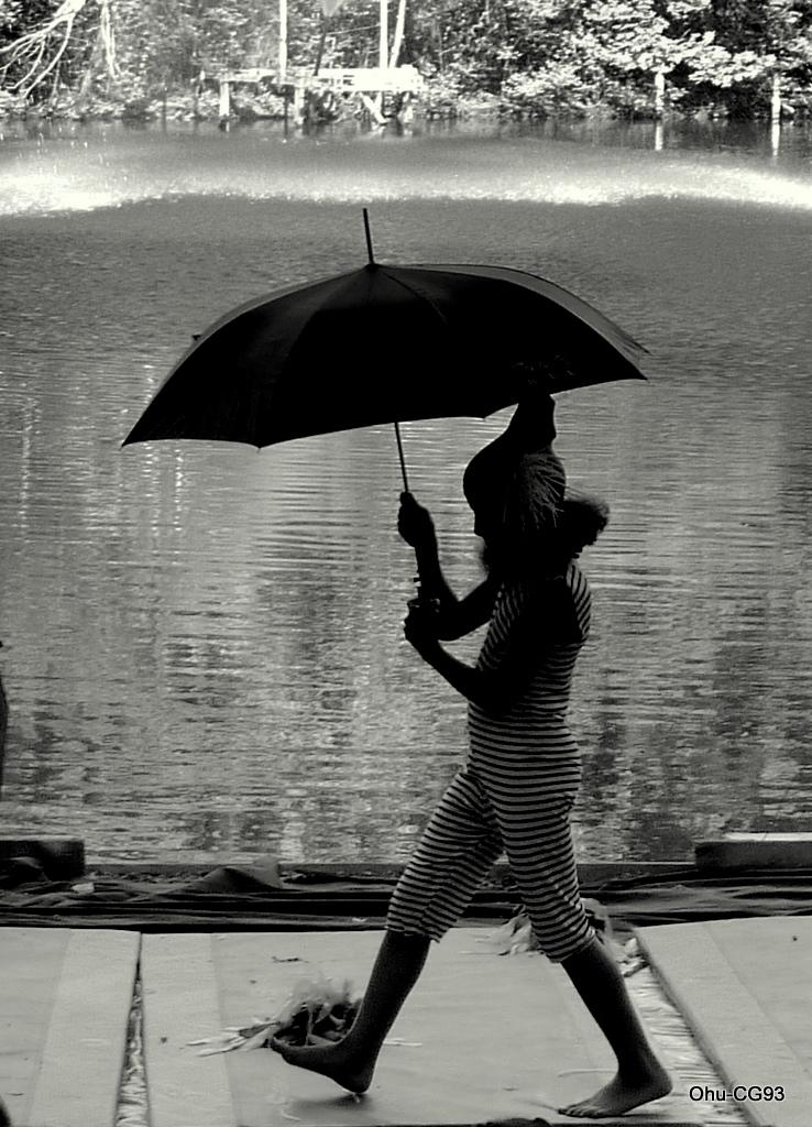 Maïssa sous le parapluie d'Escale d'eau à Clichy sous bois - Conseil général 93, observatoire de l'hydrologie urbaine - Paris Label 2010, spectacle Paule Kingleur
