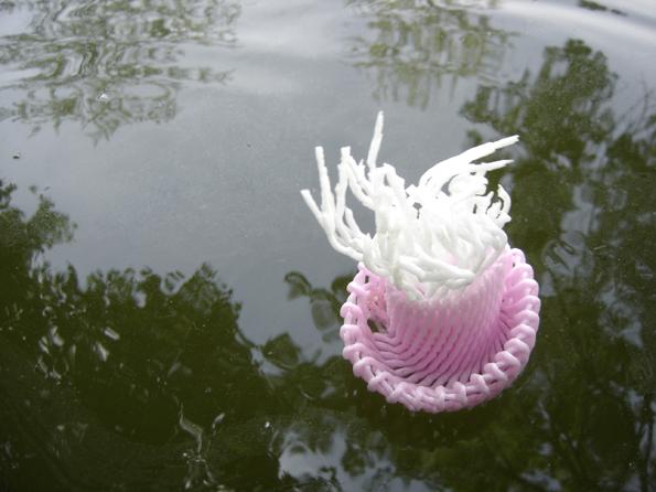 mise à l'eau d'un fleur de lotus réalisée avec des emballages marché, création Paule Kingleur pour Escale d'Eau initié par le conseil général 93 et l'eau est le pont