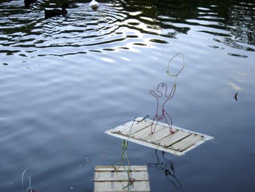 radeau funambule glissant sur l'eau du lac de la mairie de clichy sous bois, réalisé par les enfants de l'orange bleue dans les ateliers menés par Paule Kingleur de Paris Label