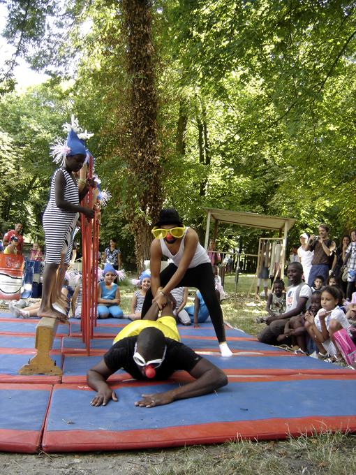 Escale d'eau : les clowns Koko et Abdel - animateurs du centre social de la dhuys (csid) - photo paule kingleur, création paris label juillet 2010 au parc de la mairie de clichy sous bois (conseil général de seine saint denis)