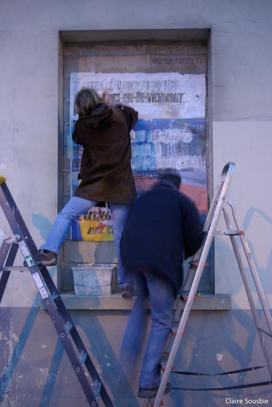 """Anne et Rémy : peinture pochoir du poème """"Avis de tirs"""" d'Aimé Césaire (recueil les Armes miraculeuses) - événement artistique et citoyen à la Meeao"""