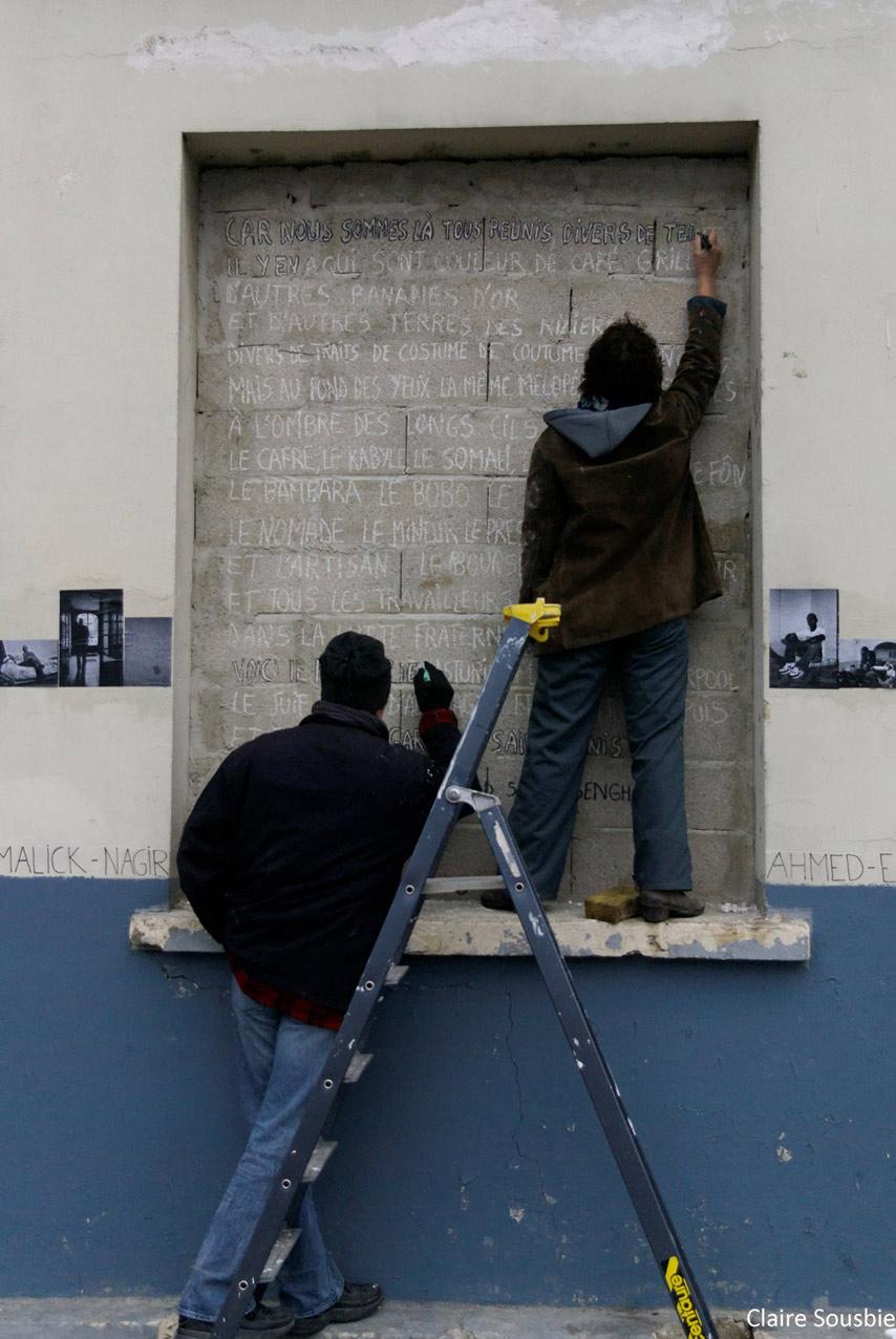 """Peinture du poème """"A l'appel de la race de Saba"""" de L.S. Senghor sur les fenêtres murées de la Maison des étudiants des états de l'afrique de l'ouest dans le 12e"""