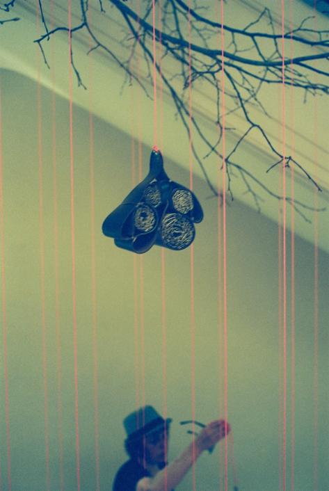 """installation vertigineuse dans escalier classé du siège social de Louis Vuitton à Paris pour la direction de l'environnement : branches de tilleul et 50 """"ruches"""" en cuir revalorisé - Oeuvre de Paule Kingleur - Photos argentiques de Carine Tedesco"""