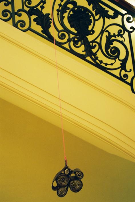 """""""Hôtel de luxe pour abeilles en voie de disparition"""" de Paule Kingleur avec des matériaux valorisés, proposés par la Réserve des Arts (cuirs, etc..). Photo Carine Tedesco"""