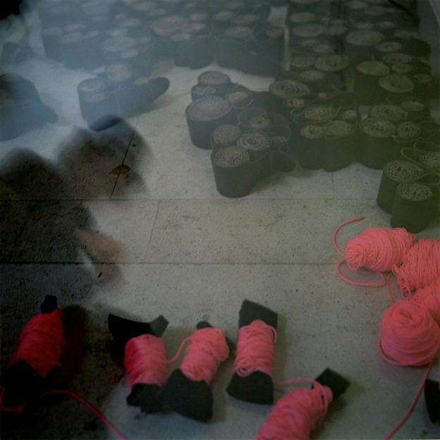 Photo Carine Tedesco : ruches en cuir et fils rose pour installation &quot;htels de luxe pour abeilles en voie de disparition&quot; de Paule Kingleur au sige social de Louis Vuitton Paris
