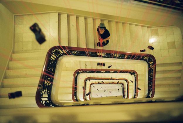 """pluie de ruches comme des rayons laser au coeur de l'escalier de la Maison Louis Vuitton - Installation avec rebuts de cuir valorisé, déniché chez la Réserve des Arts . """"Hôtel de luxe pour abeilles en voie de disparition"""" de Paule Kingleur - Photo argentique Carine Tedesco"""