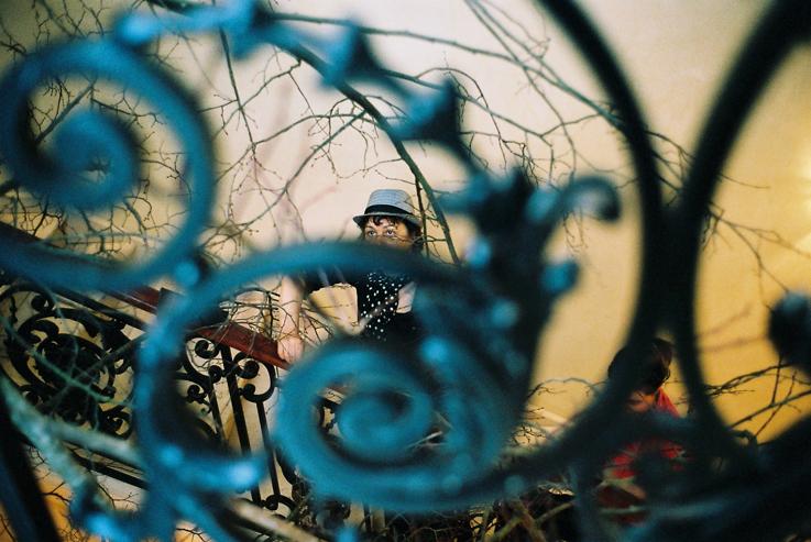 le végétal surgit du fer forgé ouvragé de l'escalier classé - regard de Paule Kingleur au détour d'une arabesque sous l'oeil photographique et sensible de Carine Tedesco