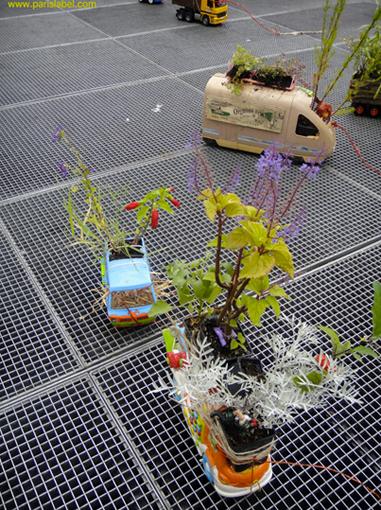 Déambulation dans les rues du 11e avec les truck-toys gardens imaginés par Paule Kingleur et réalisés par les amis de Paris Label, des Chemins Verts et Jérémy Forêt - Parking Day 2011