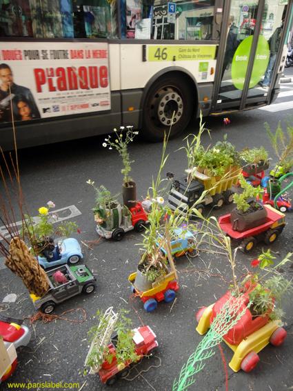 stationnement des camions jouets fleuris avenue Parmentier à Paris 11e pour le Parking Day 2011 - Paris Label, les amis des Chemins Verts et Jérémy forêt du CPN Val de Seine