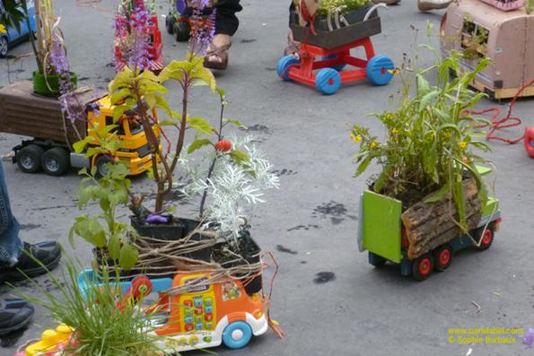 """Truck-toys gardens sur le départ Place de la République - """"Apporte ton camion, on va le planter !"""" pour Parking Day 2011 - camions-jouets végétalisés imaginés par Paule Kingleur pour Paris Label"""