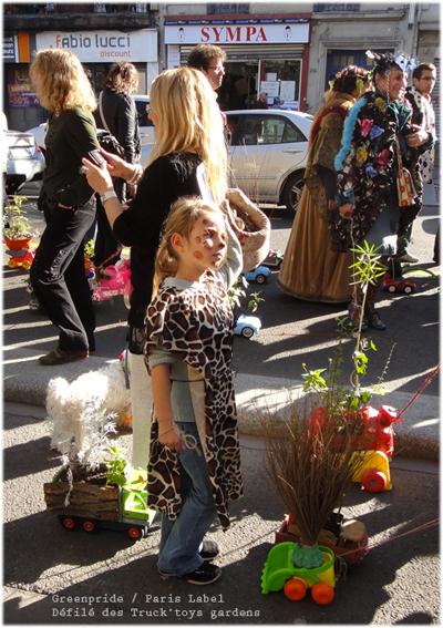 Les enfants sur le chemin du défilé de la Greenpride se sont proposés de tirer les truck-toys gardens avec les amis de Paris Label : Jeremy Forêt du Cpn Val de Seine, Roselyne, Annick et Véronique du Jardin Nomade, Cyril et Eric du Jardin des Ruisseaux, Carole du jardin du Centre de la Terre/Chemins verts et avec Paule Kingleur en mécanicienne-jardinière improvisée...