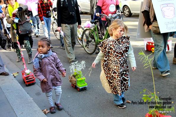 choupinettes super star de la Greenpride qui se sont emparées des petits-jardins sur roues pour les tracter avec sérieux et bonheur avec toute l'équipe de Paris Label : bravo les super drivers pédestres !