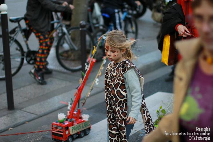 Les petits camions-jardins mobiles sont en bonne main : merci la demoiselle panthère de nous avoir accopagné pendant tout le défilé de la Greenpride ce dimanche 23 octobre 2011 : signé Paris Label, Paule kingleur et ses amis !