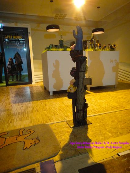 """Potobo à l'expo Green Attitude / création land art urbain : écorces du bois de vincennes et """"cerveaux"""" mousse synthétique - atelier Potobo / Potogreen proposé par Paule Kingleur au Centre Pompidou"""
