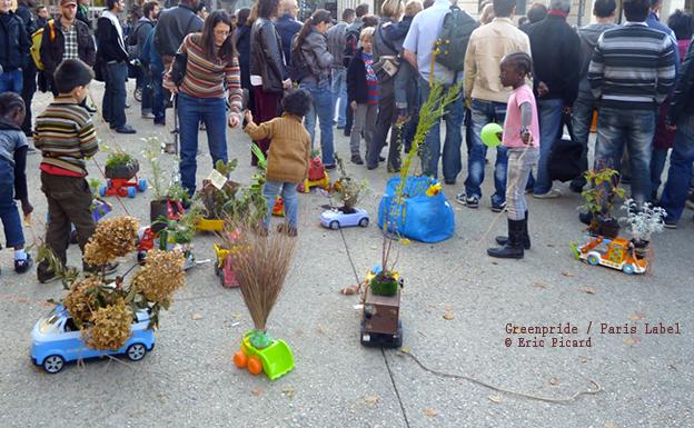 Arrivée de la Greenpride à la Rotonde Stalingrad, les enfants de 15 mois à 10 ans font des tours de camions-jouets fleuris, jubilatoire ! Collectif Paris Label et Paule Kingleur ©eric-picard