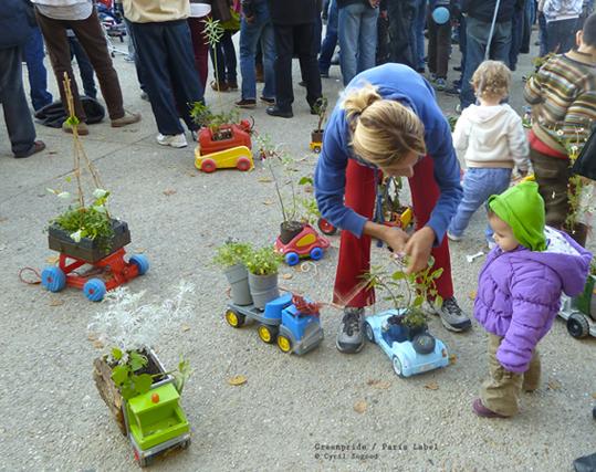 Arrivée du défilé de la Greenpride à Stalingrad 19e : 1ère édition initiée par l'association Appel de la Jeunesse. Paris Label y a participé avec ses truck-toys gardens : beau succès ludique et poétique !