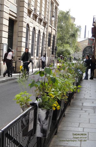 Petit champ urbain de Dadagreen chevauchant les grilles de la ville - création Paule Kingleur pour Paris Label avec la complicité des Jardiniers de Gaïa.