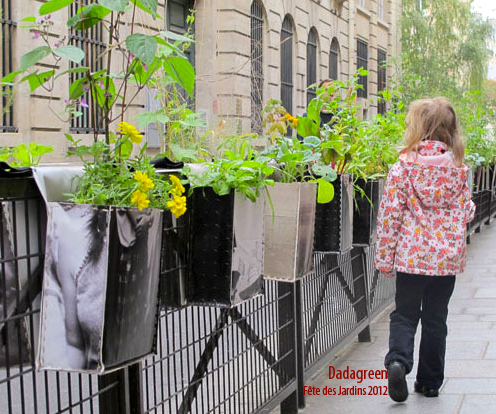 Dadagreen dans la rue des Blancs Manteaux pour la Fête des Jardins, avec la Maison des Acteurs du Paris Durable - Création Dadagreen Paule Kingleur