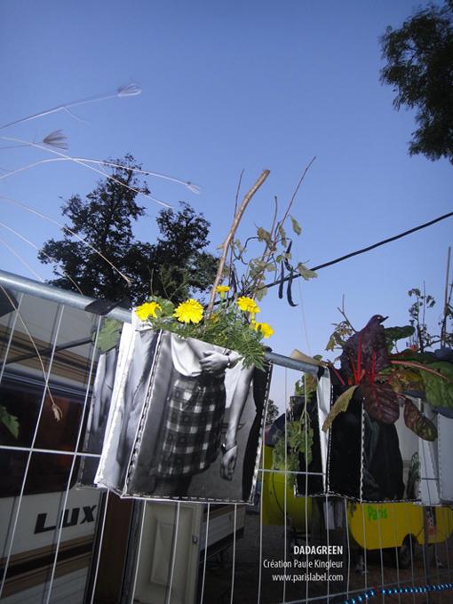 Dadagreen de Paris Label chevauchant les grilles du Village de Cirque 2012 - Création Paule Kingleur