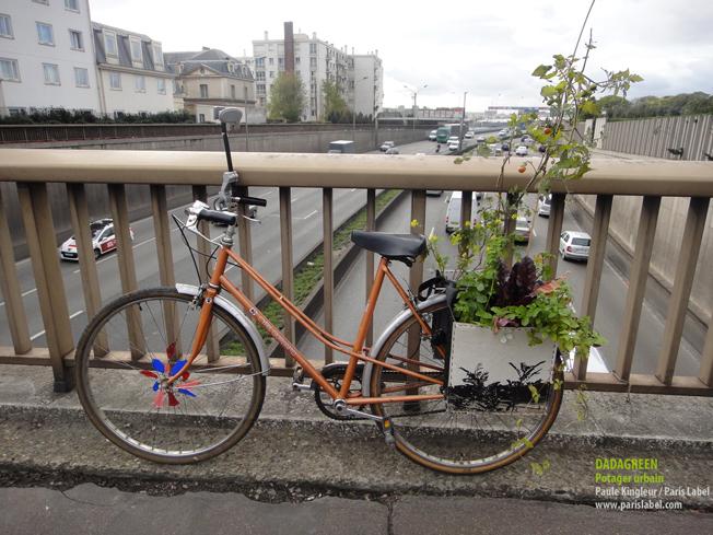 Dadagreen en balade à vélo, au dessus du périf. Potager urbain suspendu : création Paule Kingleur pour Paris Label