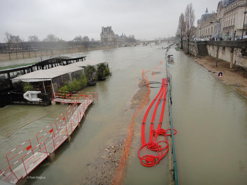 Péniche restaurant isolée des quais inondés- Crue de la Seine en février 2013, photo de Paule Kingleur pour Paris Label