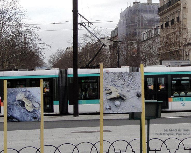 Le tramway passe devant l&#039;installation &quot;Les Gants du Tram&quot; de Paule Kingleur - Paris Label dcembre 2012
