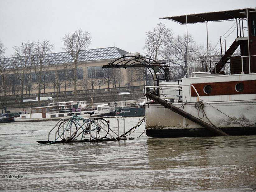 Vélo, bateau sur la Seine en crue entre le Grand Palais et le Louvre Photo Paule Kingleur - février 2013