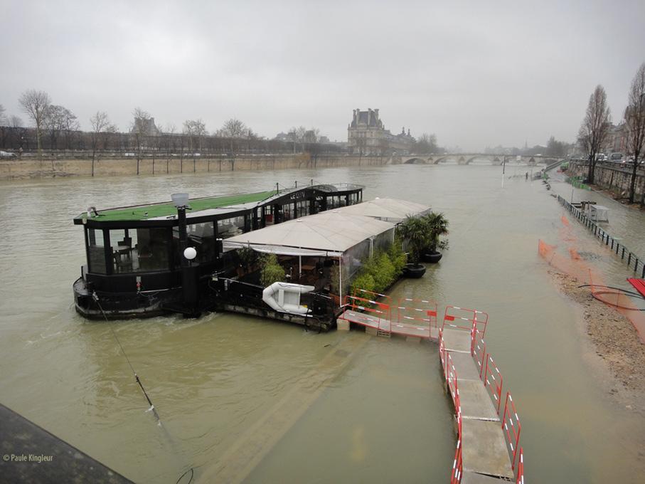 la crue de la Seine isole la péniche comme un ilôt - photo Paule Kingleur