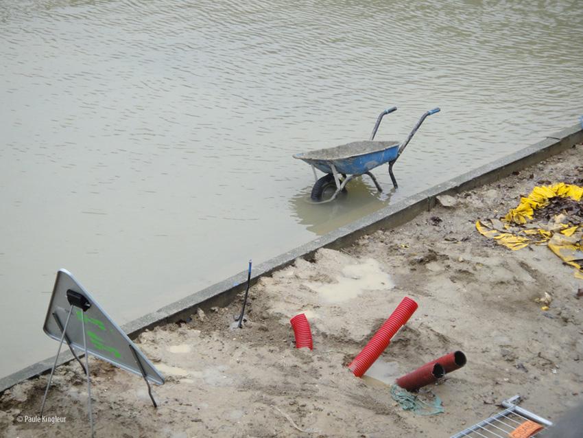 Brouette, les pieds dans l'eau de la Seine en crue - photo Paule Kingleur - février 2013
