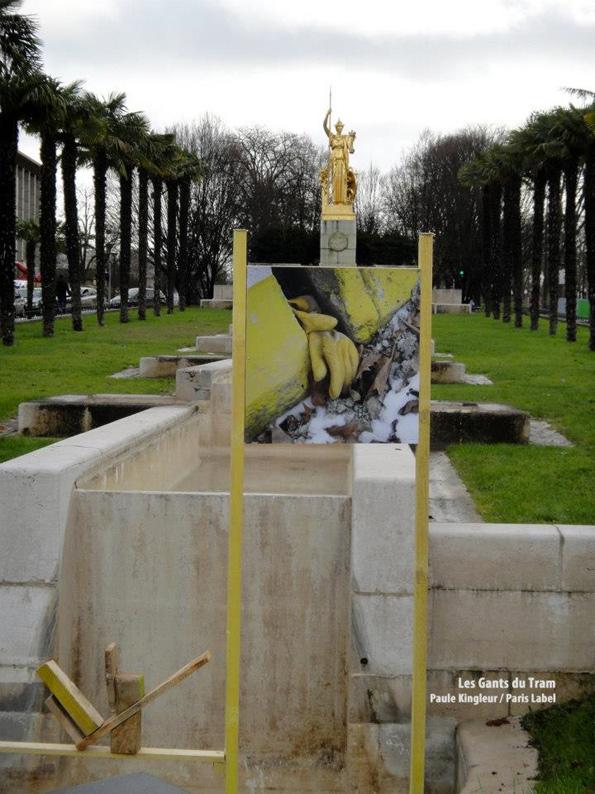 """Installation """"Les Gants du Tram"""" devant Athéna de la Porte Dorée - Paule Kingleur / Paris Label"""