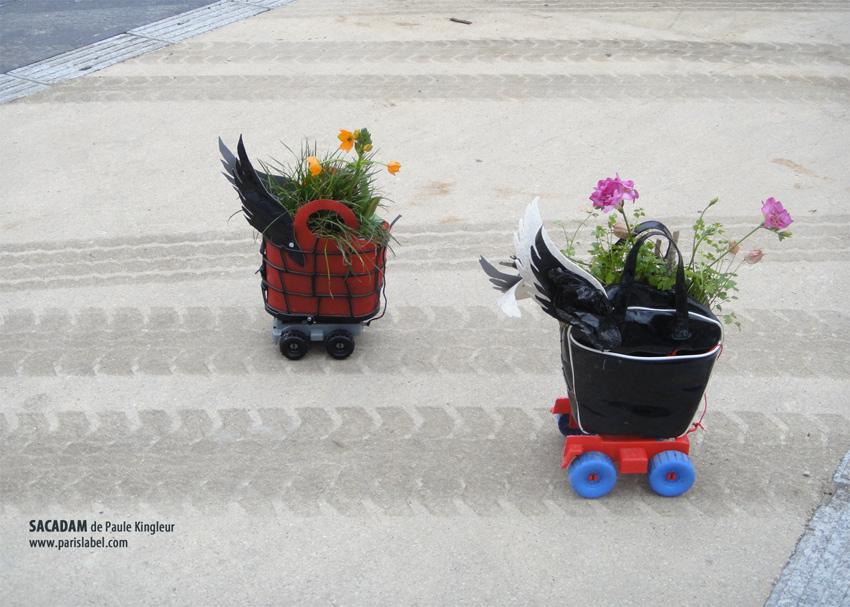 Traces de Sacadam ? En route pour le Parcours Filles-Femmes organisé par le Comité des Métallos le 20 mars 2013 - Création de sacs-jardins sur roulettes par Paule Kingleur pour Paris Label.
