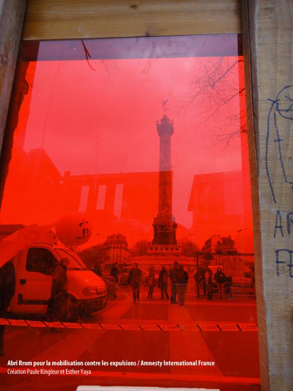 Fenêtre de l'Abri Rrom que nous avons fabriqué pour la journée contre les expulsions des Rroms, initiée par Amnesty International France (Esther Yaya et Paule Kingleur)