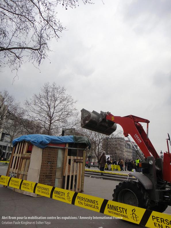 Installation symbolique d'un abri Rrom menacé par une pelleteuse - Amnesty International contre les expulsions des campements Rroms - création et fabrication de l'Abri Rrom : Paule Kingleur et Esther Yaya