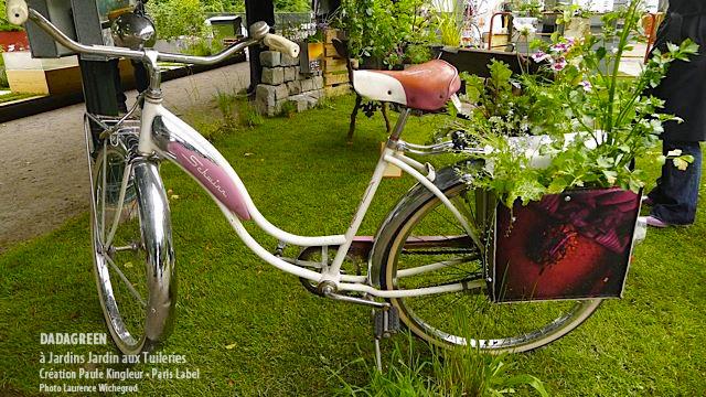 Dadagreen sur vélo aux Tuileries lors de l'évènement Jardins Jardin - Création Paule Kingleur / Paris Label